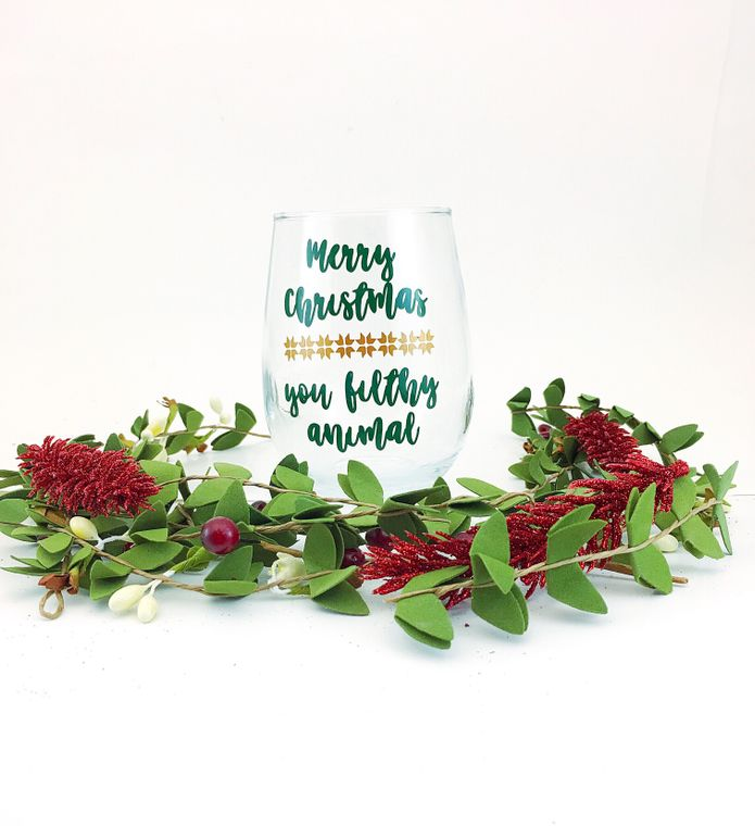 Home alone christmas wine glasses. Holiday home décor